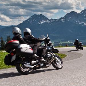 мотоциклісти на туринговом байці